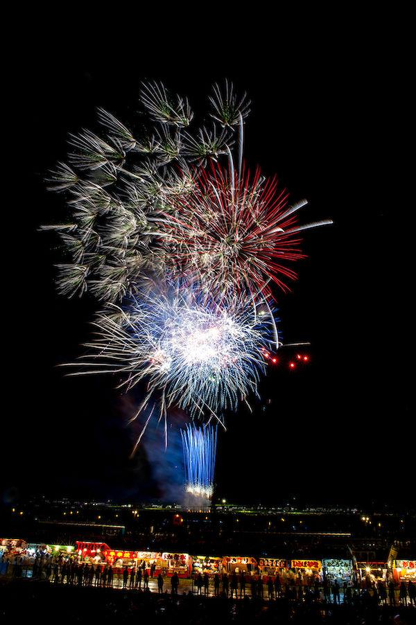 夜空ではじける大曲の花火