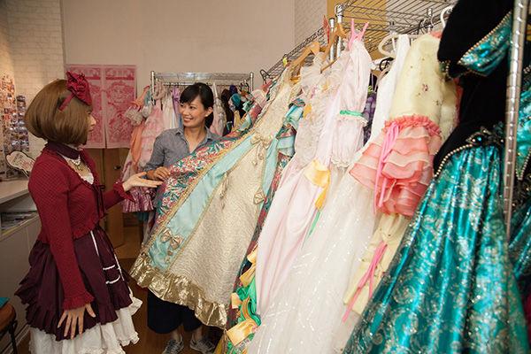 b597235aaaa57 美術館に戻ったら、次はドレス選び。一生着ることのないようなプリンセスモード全開の華やかなドレスが100点以上並びます。ウエディングドレスを3分で選んだ筆者は、  ...