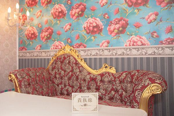 fdd3580597698 ... 席」で撮影するのがオススメです。キュートな壁紙と、王朝風のゴージャスなソファがあるのはこの「貴族席」のみ。ワンドリンク注文でどなたでも 利用できますよ。