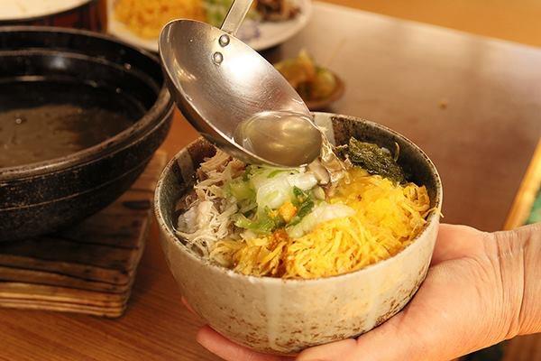 一見お茶漬けのようですが、「鶏飯(けいはん)」といって、鹿児島県・奄美大島のソウルフードなんです。今回は本場の鶏飯を味わうべく、奄美の鶏飯専門店「みなとや」